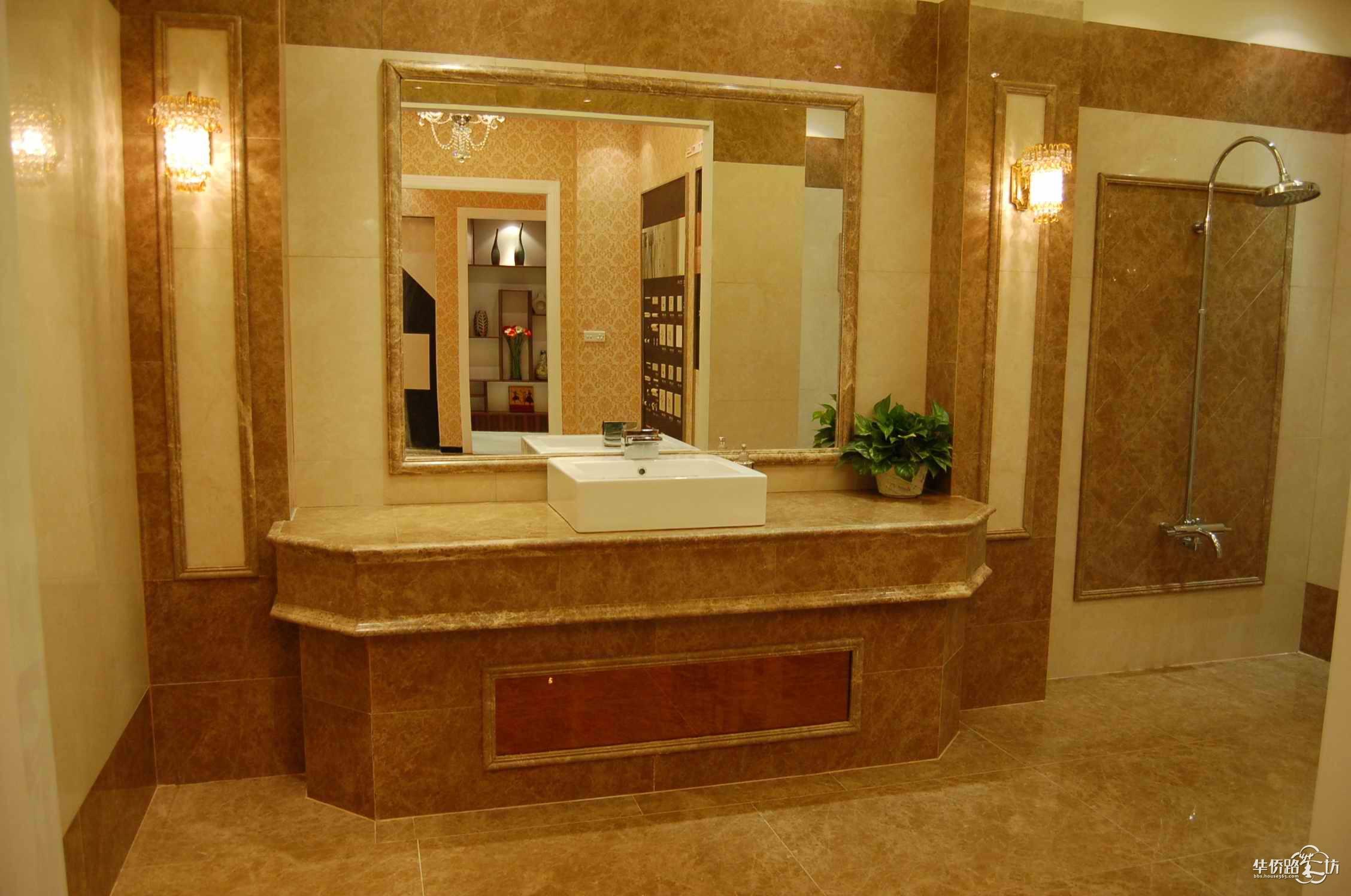 大理石在家装中常被当作陪衬品,如客厅地面的拼花、楼梯的踏板、窗台的台面、卫生间台面等。当然,假如点缀得当,,一样可以披发出大理石的独特色泽。但是目前市场上不同的花纹与质感运用在不同的空间中石材产品质量良莠不齐,对于加工好的成品饰面石材,其质量好坏可以从众博装饰提供的以下四个方面来鉴别:  一观,即肉眼观察石材的表面结构。一般来说,平均的细料结构的石材具有细腻的质感,为石材之佳品;粗粒及不等粒结构的石材其外观效果较差。另外,石材因为地质作用的影响常在其中产生一些细微裂痕,石材最易沿这些部位发生破裂,应留意甄