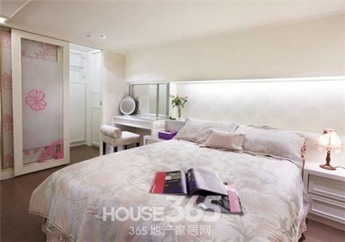 这款卧室装修效果图以大花壁纸和床单位主色调
