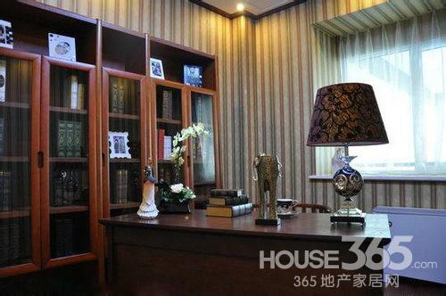 欧式书房中使用木制地板,色彩淡雅 室内装修欧式风格特点:欧式书房