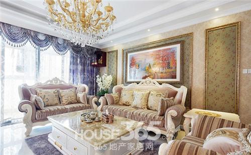 金色印花的抱枕和黄色水晶吊灯足以让整个房间贵气十