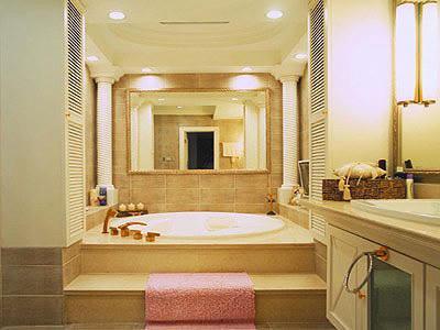 小户型浴室设计:三角形的浴缸,合理利用了小卫浴间的转角