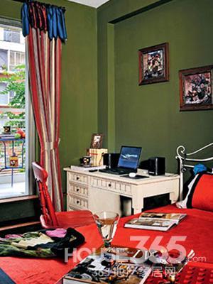 东南亚风格装修图片:次卧用沉稳的墨绿色为墙,配以大红的床单,雪白的