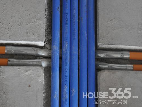 电路施工 在施工现场,电管分色