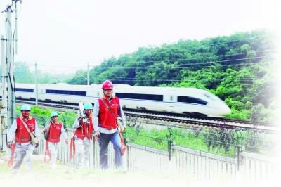 安徽省滁州市腰铺镇境内,电力员工正在对京沪高铁沿线的输电线路进行巡视。 通讯员 宋卫星摄