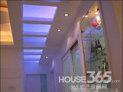 现代简约风格的走廊设计,从吊灯的款式可以看出,现代感特别强,很不错
