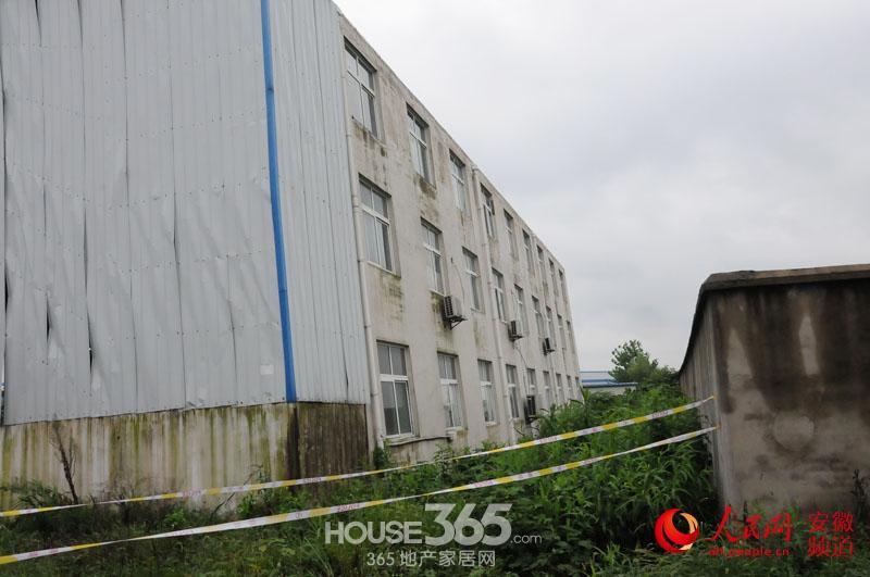 该3层宿舍楼位于厂区的西南角,远看,该楼并无异常,走近后以水平地面