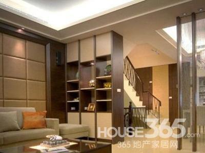 家装玻璃隔断效果图:客厅望向餐厅 利用珠帘搭配实木柱的几何