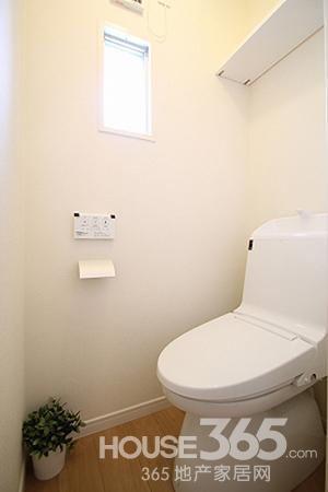 白色的马桶,尽显干净整洁之感
