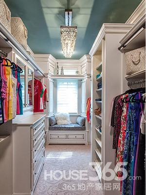 衣柜内部效果图:衣帽间里还设计个小小的飘窗,飘窗下的收纳柜也具