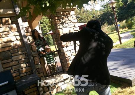 摄影师选取拍摄角度为母子俩拍照-沈阳碧桂园 物业免费为业主拍摄全