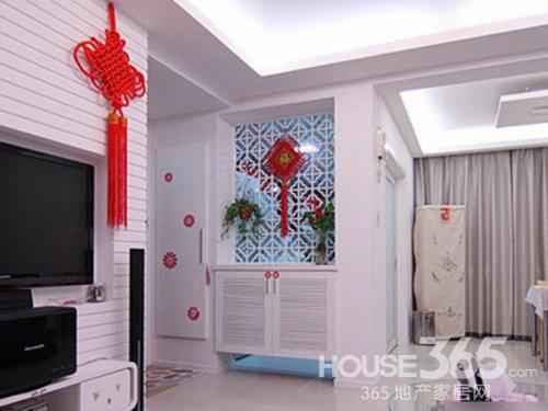电视墙设计师运用了杉木扣板,使白色的背景增添花样.