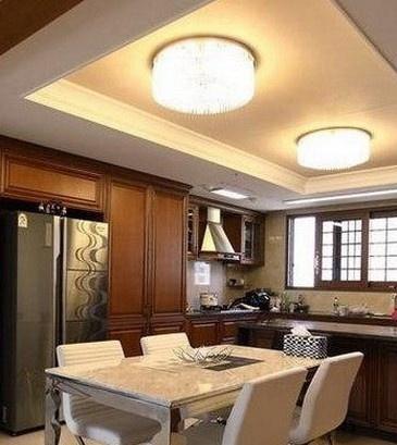 厨房样板房tips:小户型厨房装修图借鉴,银色的橱柜设计,搭配黑