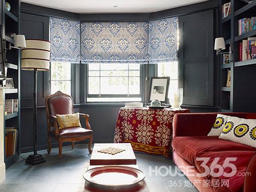小客厅装修效果图:因房屋结构形成的多边形吊顶与