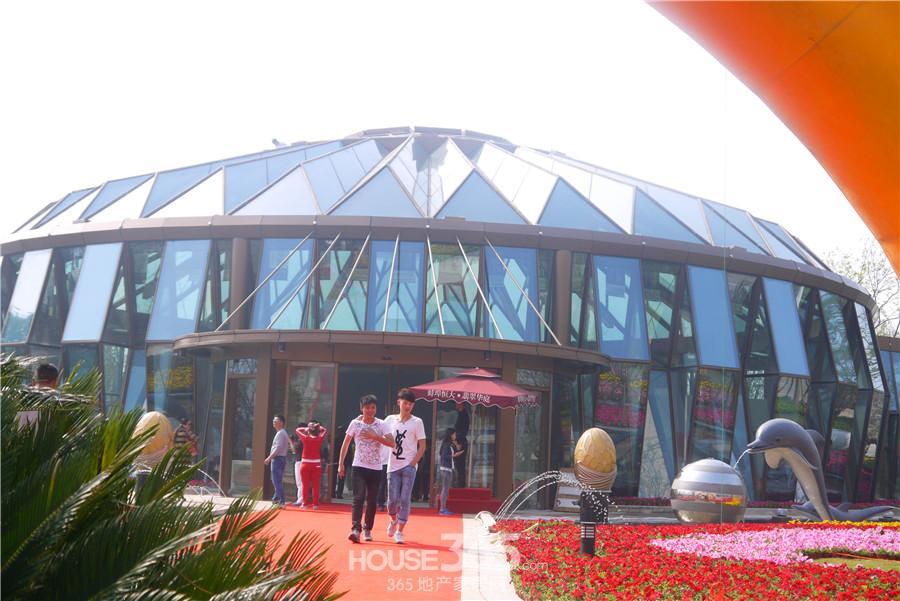环形造型,钢结构全玻璃的圆形建筑外观