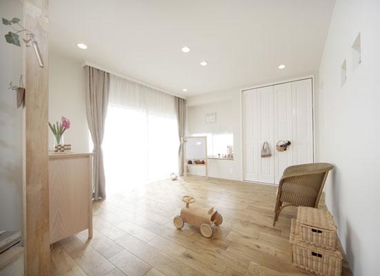 厨房的另外一角,金属色彩的水池,规整的样式,可见日本人对生活的严谨态度。白色的布帘、窗帘,可以折叠的样式,增添了厨房区域的动感。长方形的木质餐桌,铺上一层麻色的桌布,不仅可以遮挡灰尘,而且也给餐桌增添了浓郁的日式淳朴之风。木质的椅子,造型布艺,活泼可爱,可见一家人幸福温馨的生活。