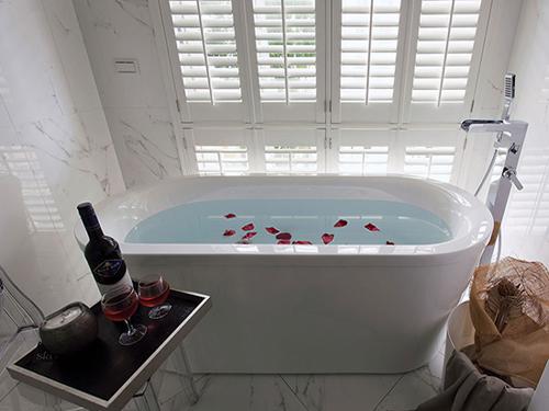 担心浴室暗 四种窗型让卫浴焕然一新