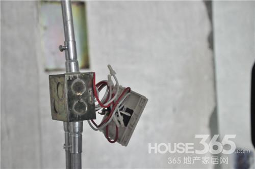 合建装饰电路进行压线处理 365淘房网 伍秀/摄