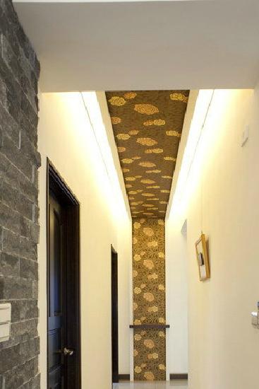 视线从天花板一路延伸到端景处端,落在景墙前的设计木质平台艺品区,屋主可随心情变化置放不同的花朵或是书籍,让每个家人从私人领域离开时,在纵长美丽的廊道位置能调整好迎接每一天的心情。 小编总结:其实上面给大家准备的简约走廊吊顶装修效果图,主要是为了让大家在进行走廊装修的时候有更多的参考。希望小编给大家提供的这些简约走廊吊顶装修效果图,会对大家有帮助。