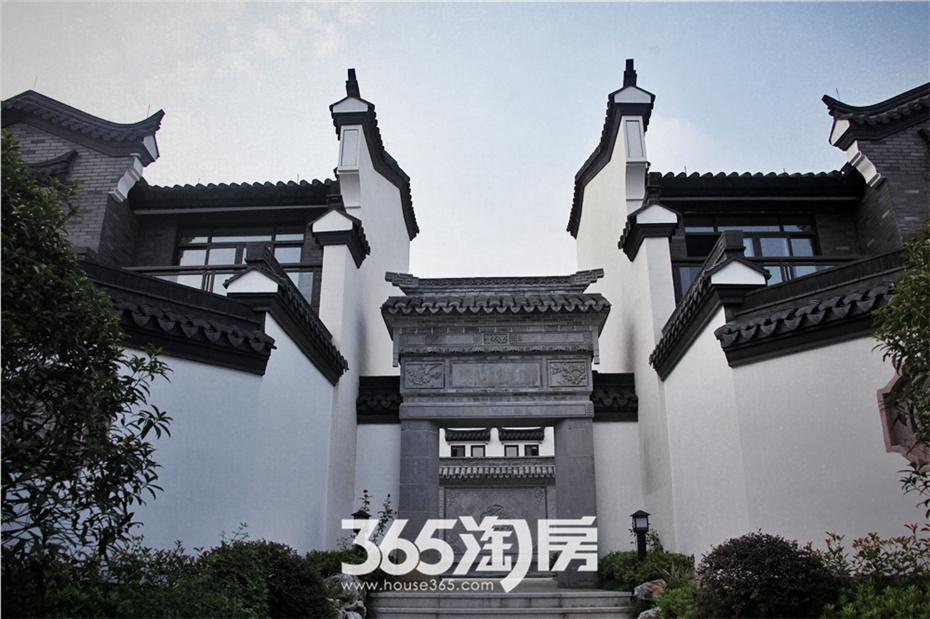 以中国传统四合院的院子和徽派建筑的四水归堂为文化