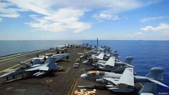 """资料图:美国尼米兹号航母在南海游弋 """"接下来两周内,预计五角大楼将派遣军舰前往南海,将驶过中国的人工岛,这将是美国在该地区第一次直接挑战中国的权益。""""美国全国广播公司评论称,南海存在着高风险,美国海军的举动将使风险进一步加大。可能标志着南海紧张局势的实质性升级,因为到目前这种紧张在很大程度上还只是美国和中国官员之间的口水战。美国国家亚洲研究局副总裁凯浩森说:""""紧张局势日益加剧的可能性很大,部分原因是双方都没有表现出退步的意愿,因此发生军事事故的概率正在加大。&rdqu"""