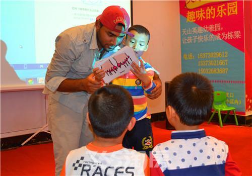 天山熙湖商业广场美国外教教小朋友学地道英语