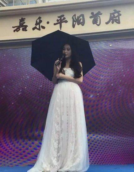 温碧霞真人很漂亮  石头唱歌比电视里还好听!