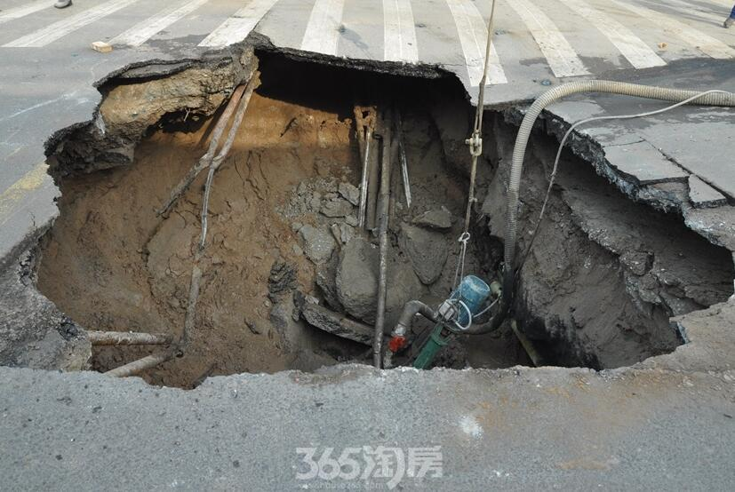 太原平阳路段现5米深塌陷 未造成伤亡