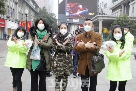 汇得行防霾小分队成员武汉街头派送口罩