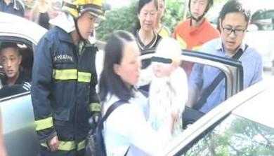 婴儿被困车内 消防破车