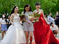北京迎来高校毕业季 毕业生红毯走秀 【组图】