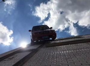 长春汽车修理师将轿车挂上墙