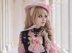 巴西女子扮洋娃娃成瘾 礼服最长制作两年