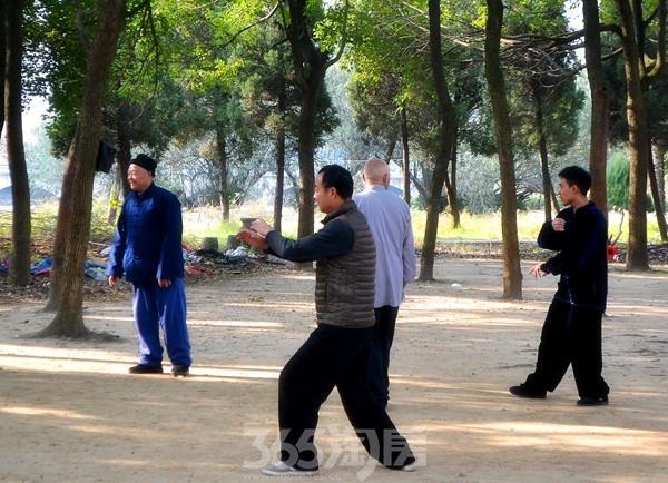 汀棠公园早晨锻炼的人
