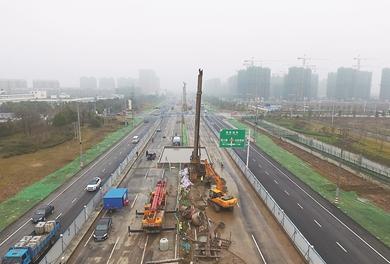 图为江北大道快速化改造二期工程施工现场。