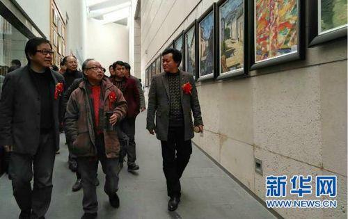 此次展览共展出百余幅作品,吸引很多市民前来观赏