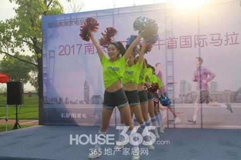 马拉松参赛的选手准备了各种福利,在比赛的终点,卡萨帝设置了终点墙供图片