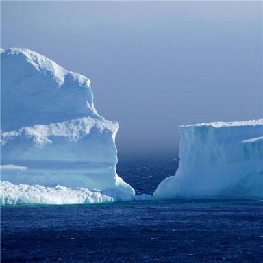 """""""旅行的冰山"""" 加拿大小镇迎今年首座冰山"""