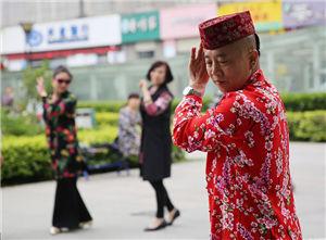 西安男子穿花衣踩高跟教大妈跳舞 徒弟超800