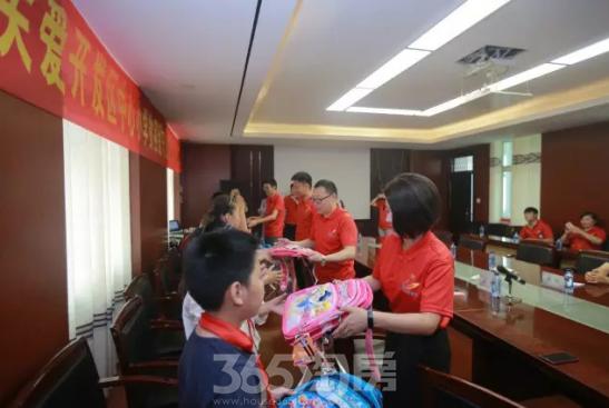 图:碧桂园江苏区域向贫困留守儿童学生代表捐赠文具