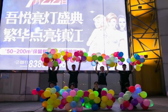 听说了吗?昨晚镇江闹市惊现万只气球告白!