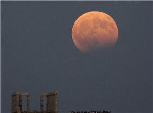 """世界多地上演月偏食 月亮被""""啃掉""""一小块"""