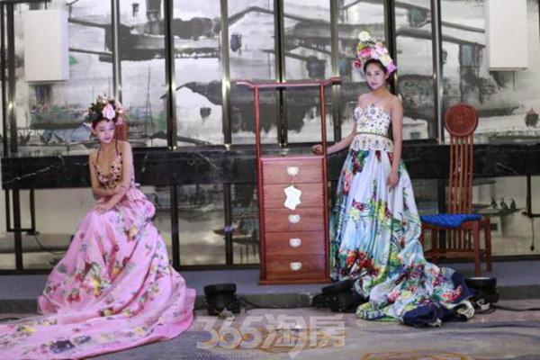 新中式家居与华丽的模特相互衬托