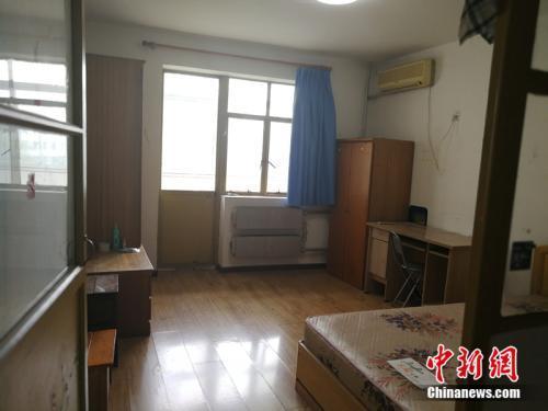 北京西城区一套90年代、40多平米的房子,月租5500元左右。中新网记者 邱宇 摄