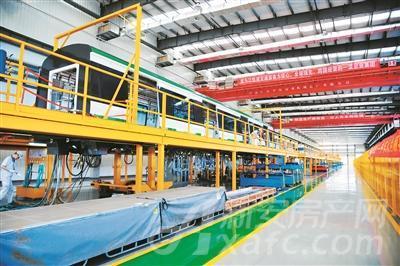 生产线上正在进行组装的3号线列车车厢