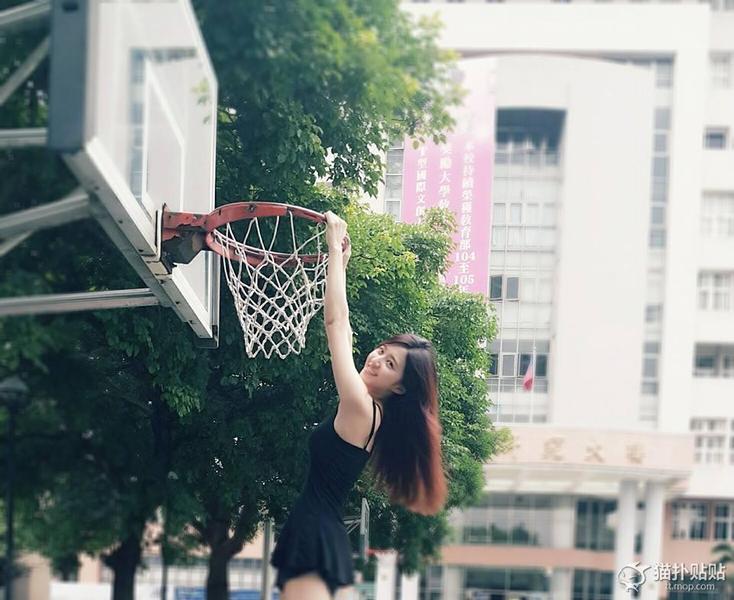 妹子也是蛮拼的!黑色短裙打篮球高挂篮筐